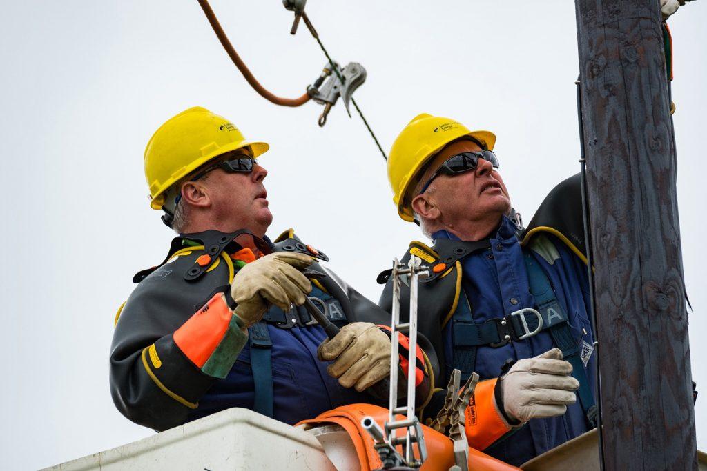 SSEN Engineers Working on Overhead Network